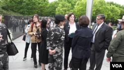 지난 23일 미국 워싱턴 시내 한국전쟁 기념공원에서 개막한 '북한자유주간' 행사에서 수전 숄티 북한자유연합 대표(가운데)가 탈북자들 및 행사 관계자들과 대화하고 있다.