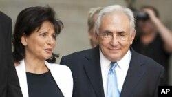 성폭행 혐의로 기소됐다 풀려나는 도미니크 스트로스 칸 전 국제통화기금 IMF 총재와 그의 부인 앤 싱클레어
