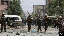 Афганські службовці на місці самогубної атаки в Кабулі