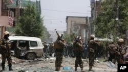 2015年7月7日阿富汗安全人员检查自杀式袭击现场