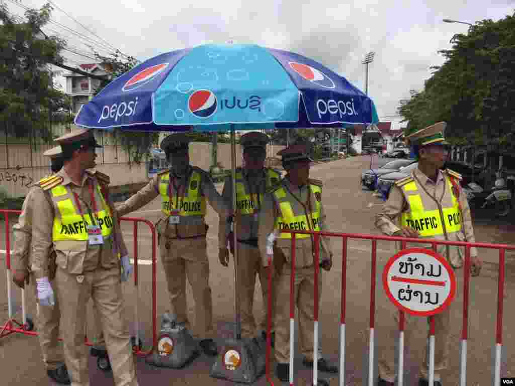 国家文化大厅前维持秩序的交通警察