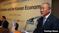 22일 서울에서 열린 '통일과 한국경제 국제 토론회'에서 연설하는 류우익 한국 통일장관.