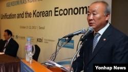 지난달 22일 서울에서 열린 '통일과 한국경제 국제 토론회'에서 연설하는 류우익 한국 통일장관. (자료사진)