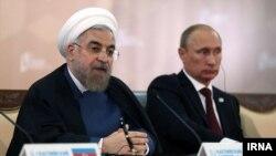حسن روحانی رئیس جمهوری ایران (چپ) در کنار ولادیمیر پوتین رئیس جمهوری روسیه در نشست آستراخان - ۷ مهر ۱۳۹۳