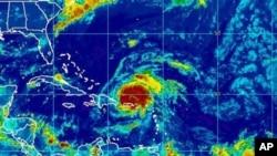 图为美国海洋大气总署(NOAA)提供的艾琳飓风8月25日卫星照