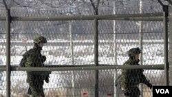 Tentara Korea Selatan melakukan patroli dekat perbatasan di Panmunjom, 1 Januari 2011.