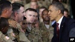 텍사스 주 포트 블리스 부대를 방문해 장병들과 악수를 나누는 바락 오바마 미 대통령