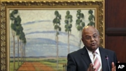 South Africa's Finance Minister Pravin Gordhan gestures during a media briefing to announce a new deputy governor of the central bank in Pretoria, March 25, 2011 (file photo)
