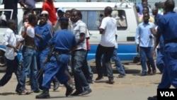 Des policiers burundais interpellent des manifestants au cours d'une marche contre un 3e mandat du président Pierre Nkurunziza, vendredi 17 avril 2015.