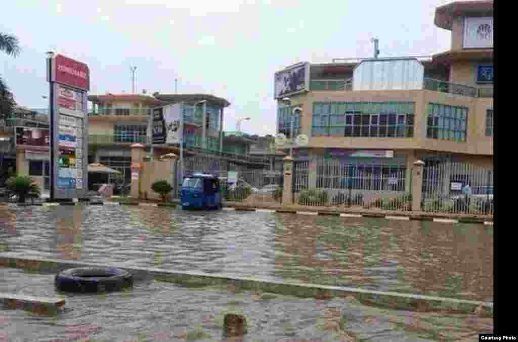 Barabara iliyofurika kwa maji kutokana na mvua nyingi Dar es Salaam