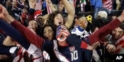 Des fans américains célébrant la délivrance