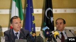 Menteri Luar Negeri Italia Franco Frattini (kiri) bersama PM sementara Libya, Mahmoud Jibril melakukan konferensi pers bersama di Tripoli (30/9).