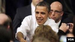 Presiden Barack Obama menyalami para pendukungnya dalam kunjungan di Nashua, New Hampshire (1/3).