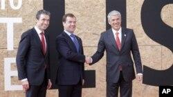北约秘书长拉斯穆森(左),俄罗斯总统梅德韦杰夫(中)和葡萄牙总理苏格拉底在里斯本北约峰会召开前