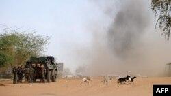 Des soldats français font exploser des mines sur le site d'un attentat-suicide, Gao, sur la route de Gourem, le 10 février 2013