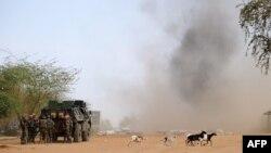 Des soldats français font exploser des mines terrestres sur le site où un kamikaze a commis un attentat, dans le nord de Gao, sur la route de Gourem, le 10 février 2013.