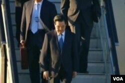 中国国家主席胡锦涛抵达俄罗斯海参威(美国之音视频截图)
