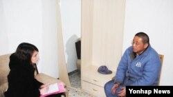 북한 주재 스웨덴 외교관과 면담하는 케네스 배 씨 (자료 사진)