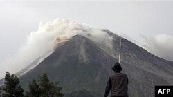 Merapi, najaktivniji vulkan u Indoneziji počeo da izbacuje pepeo i vreo vazduh, 26. oktobar 2010.