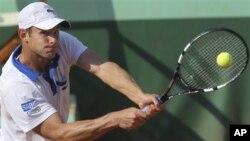 Petenis AS Andy Roddick dikalahkan oleh Nicolas Mahut 6-3,6-4,4-6,6-2 pada hari pertama Perancis Terbuka (27/5).