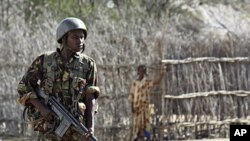 肯尼亚士兵守卫在肯尼亚和索马里交界的地区,这里青年党活动频繁