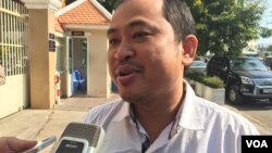 Political analyst Kim Sok tells reporters that he is unable to pay $500,000 in compensation to Prime Minister Hun Sen, as part of the lawsuit against him. (Hul Reaksmey/VOA Khmer)