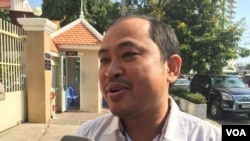 Political analyst Kim Sok told reporters that he's unable to pay the compensation demanded by Prime Minister Hun Sen, Phnom Penh, Cambodia. (Hul Reaksmey/VOA Khmer)