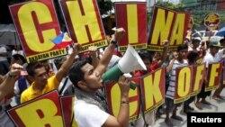 Người Philippines xuống đường biểu tình chống Trung Quốc tại quận tài chính Makati của thủ đô Manila