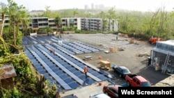 صفحات تولید برق خورشیدی و باتریهای شرکت تسلا در پارکینگ بیمارستان کودکان دل نینیو Photo: Tesla
