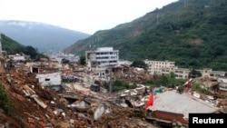 8月3日,中国云南鲁甸龙头山发生里氏6.5级地震。救援人员和村民在倒塌的房屋废墟中寻找幸存者。