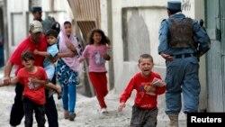 Trẻ em chạy hoảng loạn sau vụ nổ bom ở Kabul, 24/5/13
