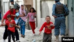 Anak-anak berlari ketakutan setelah ledakan bom di ibukota Kabul, Afghanistan (24/5). Taliban melakukan dua kali serangan di Kabul dalam waktu satu minggu.