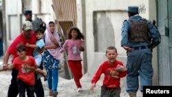 Deca beže nakon što je odjeknula eksplozija u Kabulu 24. maja 2013.