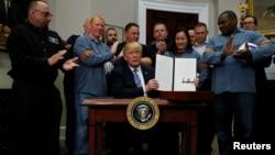 도널드 트럼프 미국 대통령이 지난 8일 백악관에서 미국 철강업계 노동자들이 지켜보는 가운데, 수입 철강과 알루미늄에 새로운 관세를 부과하는 행정명령에 서명했다.