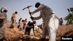 Komunitas Ahmadiyah menggali tempat pemakaman bagi jamaah Ahmadiyah yang menjadi korban serangan di Chenab Nagar, provinsi Punjab, Pakistan (foto: dok).
