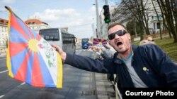 藏族人权利活动家在中国国家主席习近平访问捷克首都布拉格时挥舞藏族旗帜表示抗议。