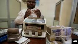 Dans un bureau de change à Lagos, au Nigeria, le 20 octobre 2015.