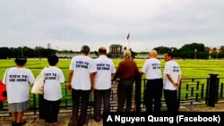 Nhóm nhân sỹ mang Tuyên bố Biển Đông đến Quốc hội đi qua Lăng Chủ tịch Hồ Chí Minh ở Hà Nội hôm 8/8/2019. (Ảnh chụp video đăng trên Facebook A Nguyen Quang)