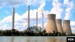 火力发电厂用煤发电给空气造成污染(VOA视频截图)