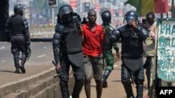 La police guinéenne arrete un manifestant
