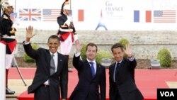 Presiden Barack Obama, Presiden Rusia Dmitry Medvedev dan Presiden Perancis Nicolas Sarkozy melambai kepada publik di kota Deauville, Perancis, tempat berlangsungnya KTT G8.
