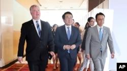 스티븐 비건 미국 국무부 대북특별대표와 이도훈 한국 외교부 한반도 평화교섭본부장, 가나스기 겐지 일본 외무성 아시아대양주국장이 지난 2일 아세안 정상회의가 열린 태국 방콕에서 만났다.