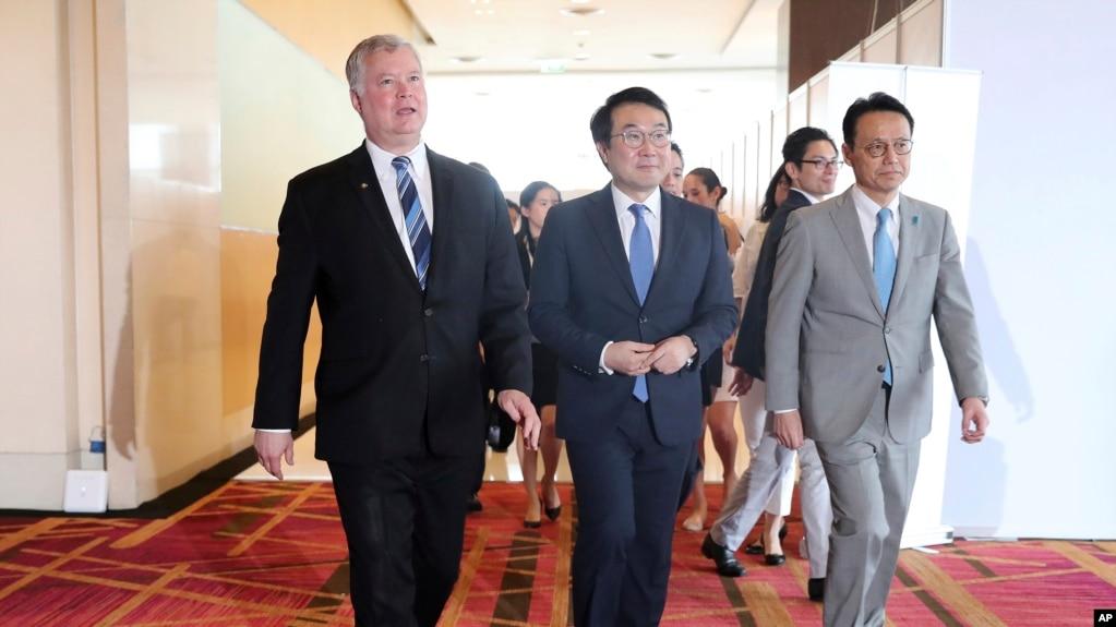 Đặc sứ Mỹ về Triều Tiên Stephen Biegun, trái, Trưởng đoàn thương thuyết Hàn Quốc Lee Do-hoon, giữa, và Trưởng đoàn thương thuyết Nhật bản Kenji Kanasugi, phải, tại Hội nghị thượng đỉnh ASEAN và East Asia ở Bangkok, Thailand, ngày 2/8/2019.