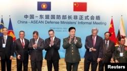 16일 중국 베이징에서 개최된 아세안 국방장관회의에서 창완취안 중국 국방부장(오른쪽 네번째)과 각 국 대표들이 박수를 치고 있다.