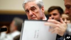El exfiscal especial de Estados Unidos, Robert Mueller, juramenta antes de rendir testimonio en el Congreso, el miércoles 24 de julio.