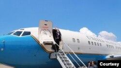美国卫生部长阿扎尔8月12日搭乘美国军机离台前,挥手向送机人员致意。(台湾外交部提供)