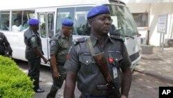 Des agents de sécurité montent la garde devant un bus transportant tous les gouverneurs de l'opposition du Congrès après leur visite aux victimes dede l'explosion de lundi à Abuja, au Nigeria , le 16 avril 2014.