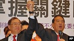 宋楚瑜(右)與林瑞雄(左前)在11月24日記者會上