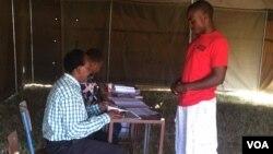 Uhlola igama lakhe kugwalo lokuvota olwethulwe yiZimbabwe Electoral Commission.