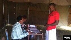 Omunye wabahlole igama lakhe kugwalo lokuvota olwe voters' roll.